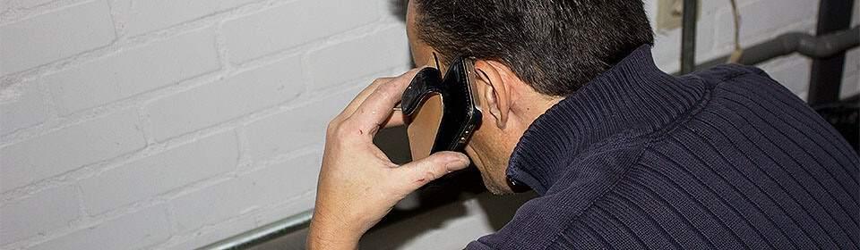 loodgieter neemt telefoon op